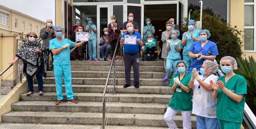 Celebración na porta do complexo despois da confirmación de que non houbera ningún caso de coronavirus. Foto cedida por José Carlos Millán.