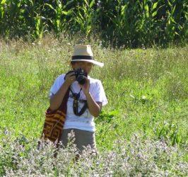 A científica Sandra Rojas, durante o traballo de campo. Foto: Duvi.