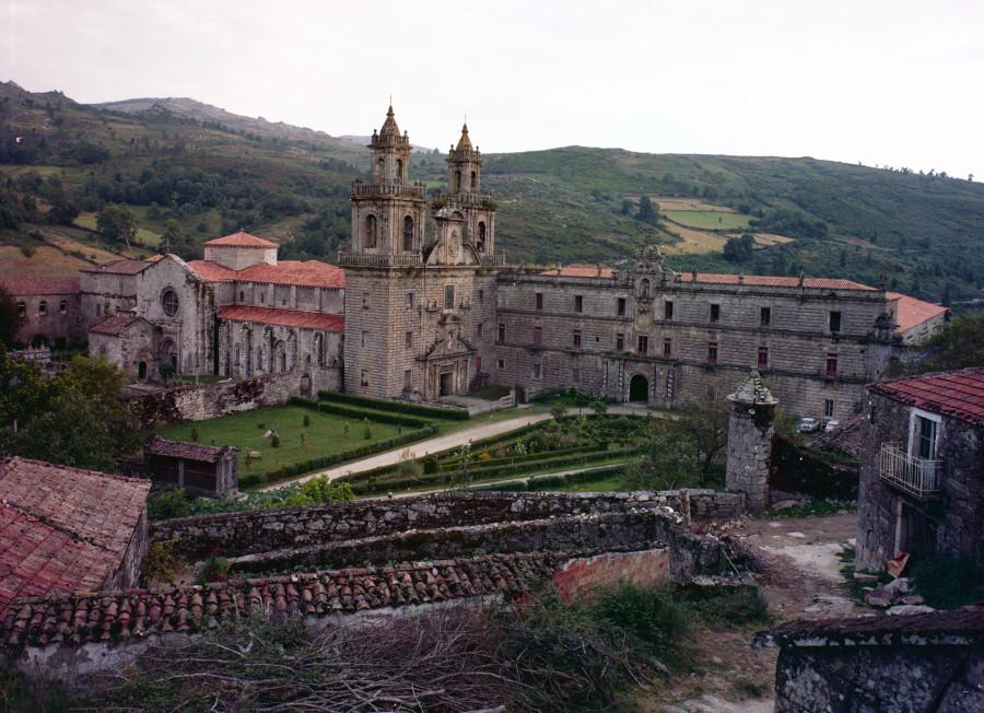Fachada principal do mosteiro de Oseira e da igrexa xunto cos campos e edificios anexos.