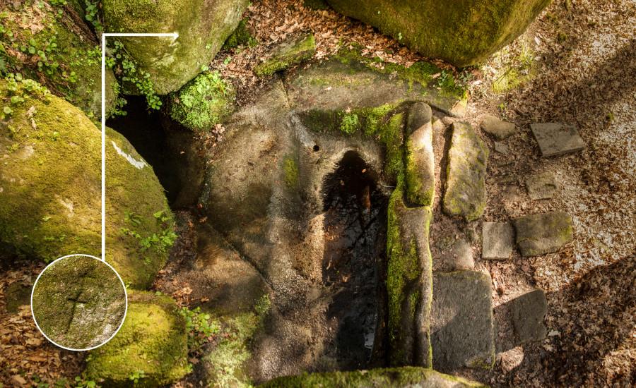 Tumba monumental antropomorfa escavada na rocha.