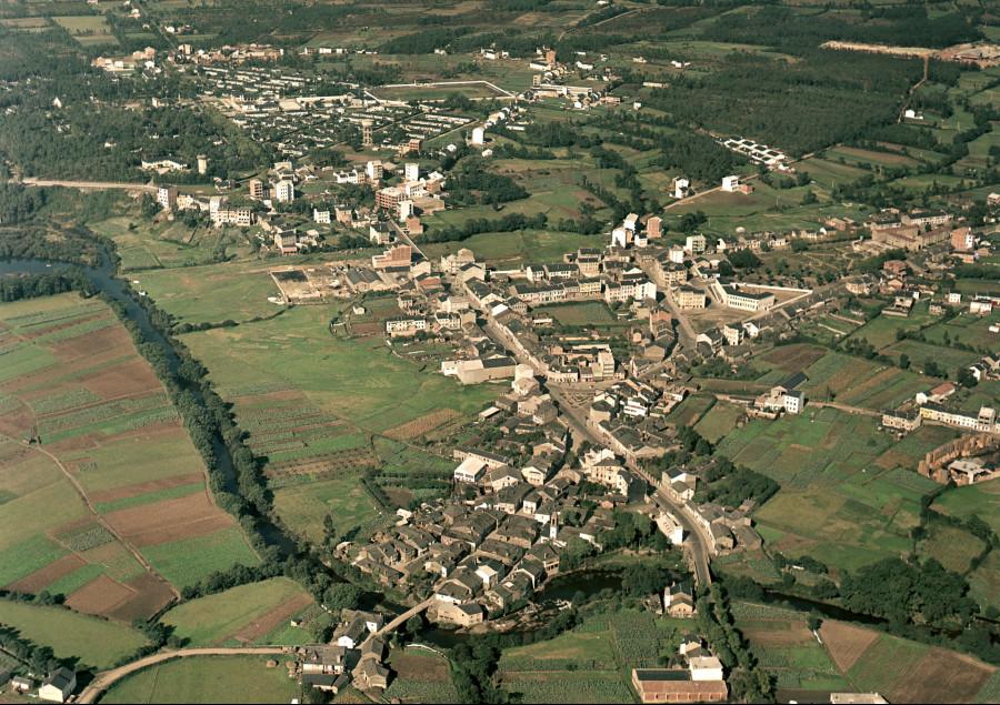 Vista aérea do núcleo urbano co poboado das Veigas ao fondo no concello das Pontes.