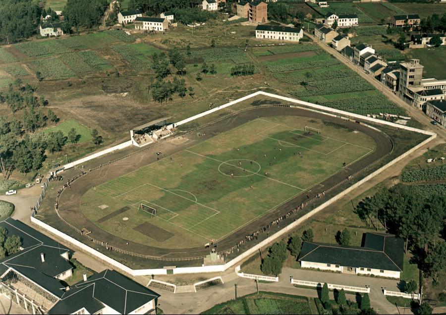 Partido de fútbol no campo do Poboado das Veigas.