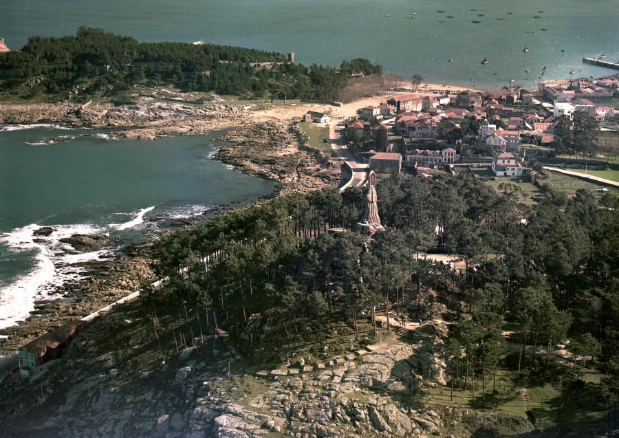 Vista aérea do parque coa Virxe da Rocha e ao fondo Monte Boi co castelo de Monterreal á esquerda e, á dereita, o núcleo urbano de Baiona.