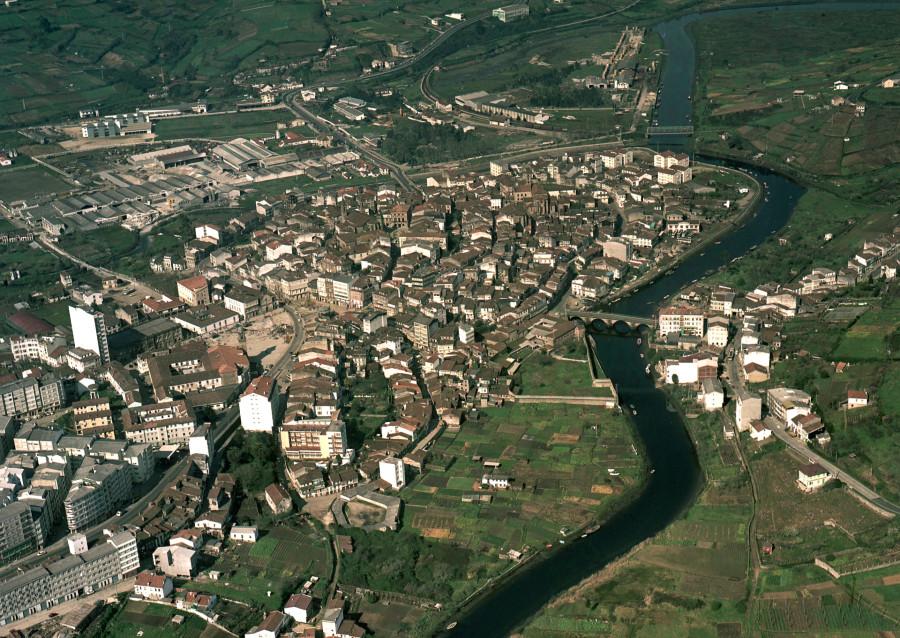 Vista aérea xeral da cidade de Betanzos co río Mandeo e campos de arredor.