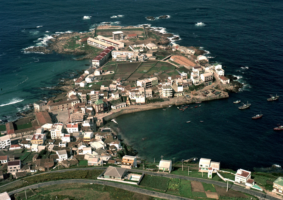 Vista aérea do porto e nucleo urbano da vila de Caión.