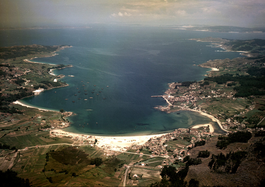 Vista aérea xeral da ría de Aldán coa praia de Vilariño en primeiro termo e a localidade e porto de Aldán na parte dereita da imaxe.
