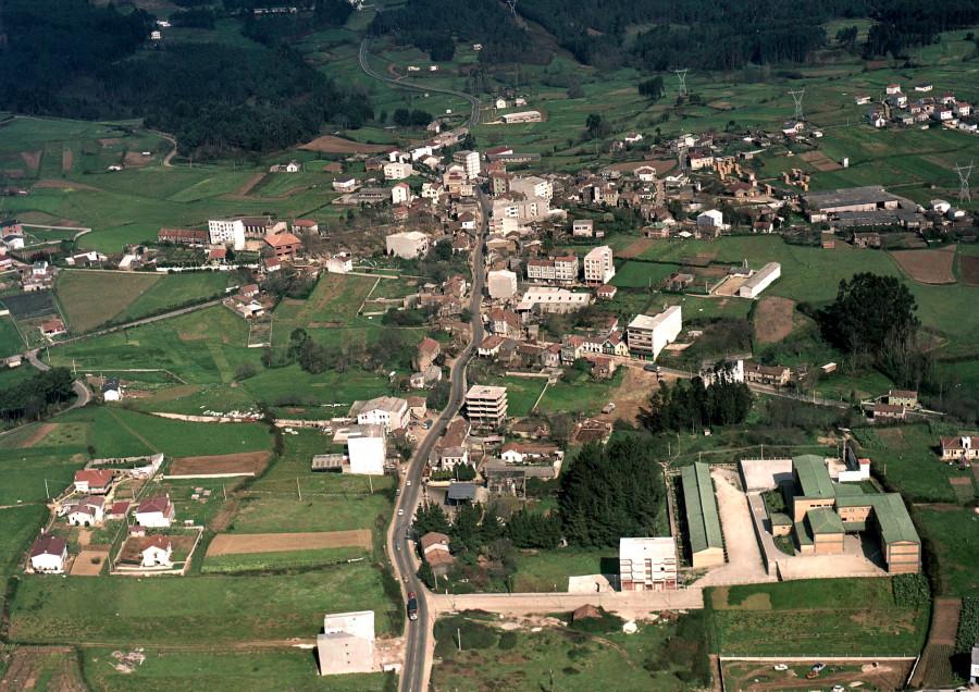 Vista do casco urbano de Carral e a contorna.