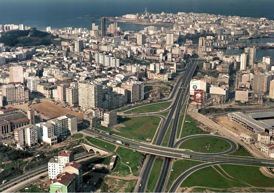 Vista xeral da cidade coa avenida de Alfonso Molina en primeiro termo.