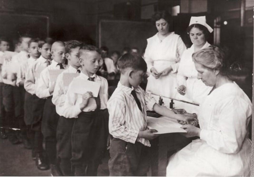 Campaña de vacinación contra a difteria en Nova York nos anos 20 do século XX. Fonte: Metropolitan Life Insurance Co.