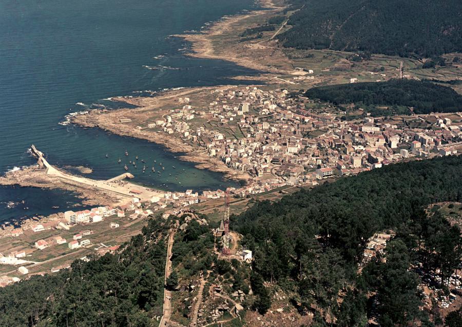 Vista aérea xeral do núcleo urbano da Guarda e da costa atlántica, tomada a altura do monte Santa Trega.