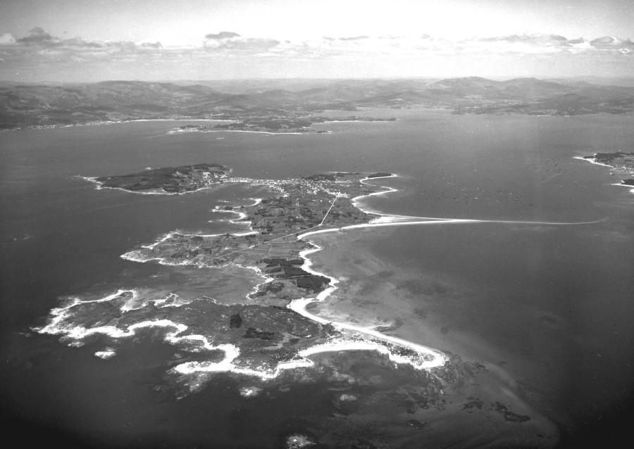 Vista aérea xeral da illa de Arousa tomada desde o espazo natural do Carreirón.