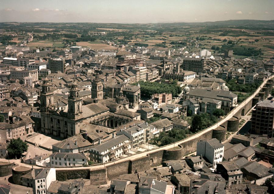 Vista aérea da catedral e da muralla romana cos edificios do casco histórico da contorna.