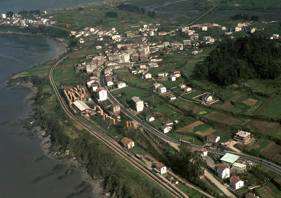 Vista aérea do casco urbano do concello de Miño xunto coa estación de ferrocarril e a costa.