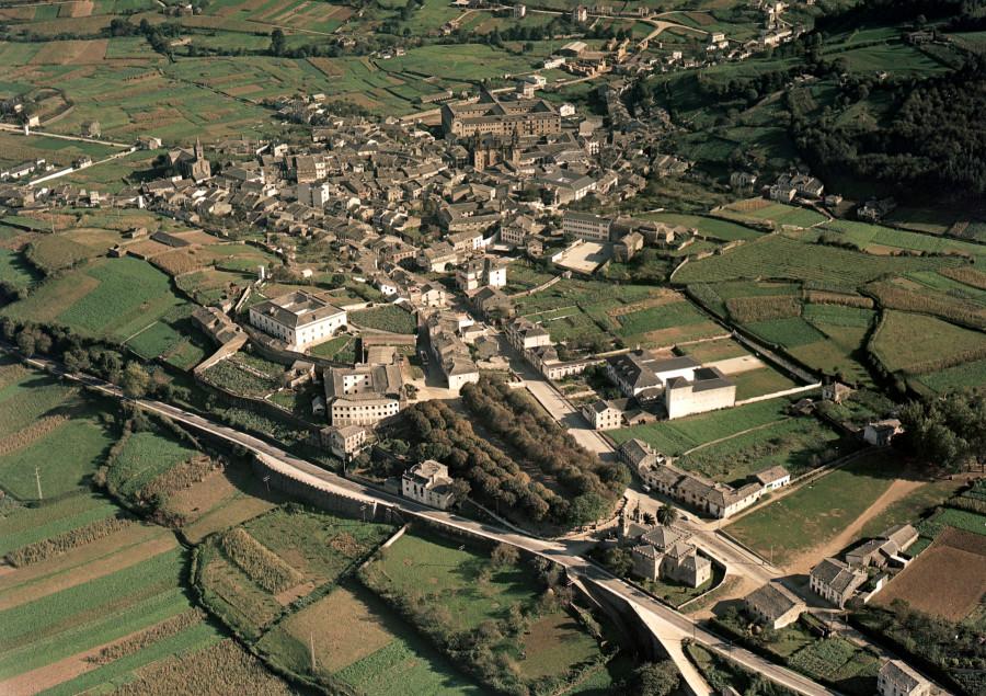 Vista aérea xeral do núcleo urbano de Mondoñedo, coa catedral e o seminario de Santa Catalina coma lugares destacados, e os campos da contorna.