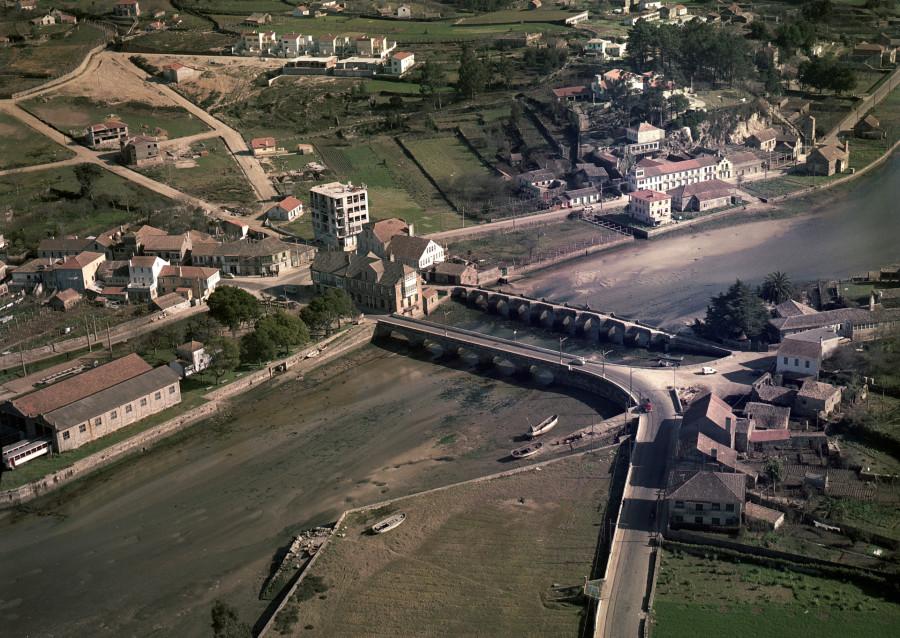 Vista aérea da ponte románica da Ramallosa detrás da ponte moderna para vehículos sobre o río Miñor na súa desembocadura.
