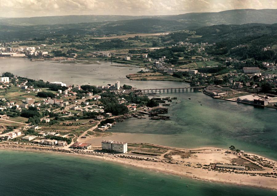 Vista aérea da ría do Burgo coa praia de Santa Cristina en primeiro termo.
