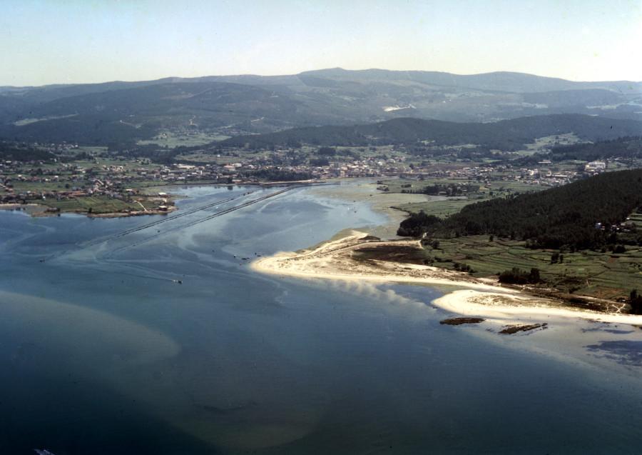 Vista aérea xeral da entrada da ría de Ortigueira.