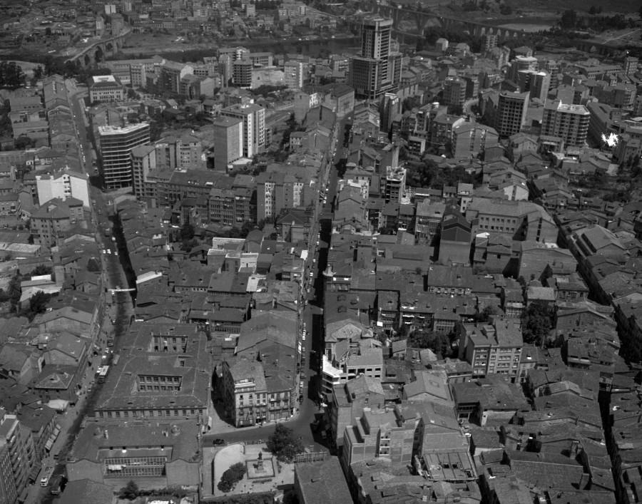 Vista aérea do centro urbano da cidade coas rúas do Paseo e do Progreso,o edificio da Deputación e a praza de Eugenio Montes como lugares máis salientables.