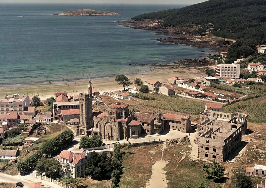 Templo Votivo do Mar de Panxón xunto cos campos e vivendas da contorna e praia América.
