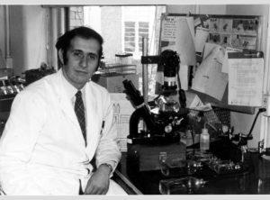 Plotkin, no laboratorio, no tempo no que investigaba a vacina da rubéola. Fonte: History of Vaccines.