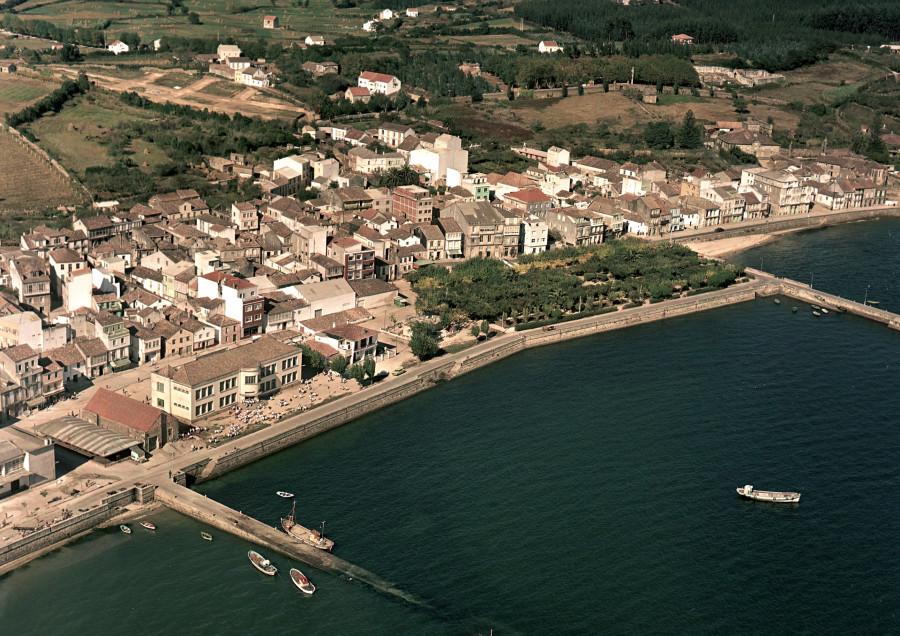 Vista do porto e do núcleo urbano xunto coa alameda.