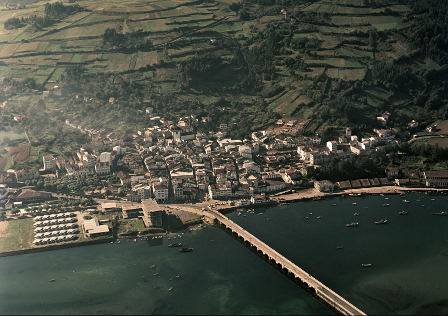 Vista aérea do núcelo urbano de Pontedeume coa ponte medieval en primeiro termo.