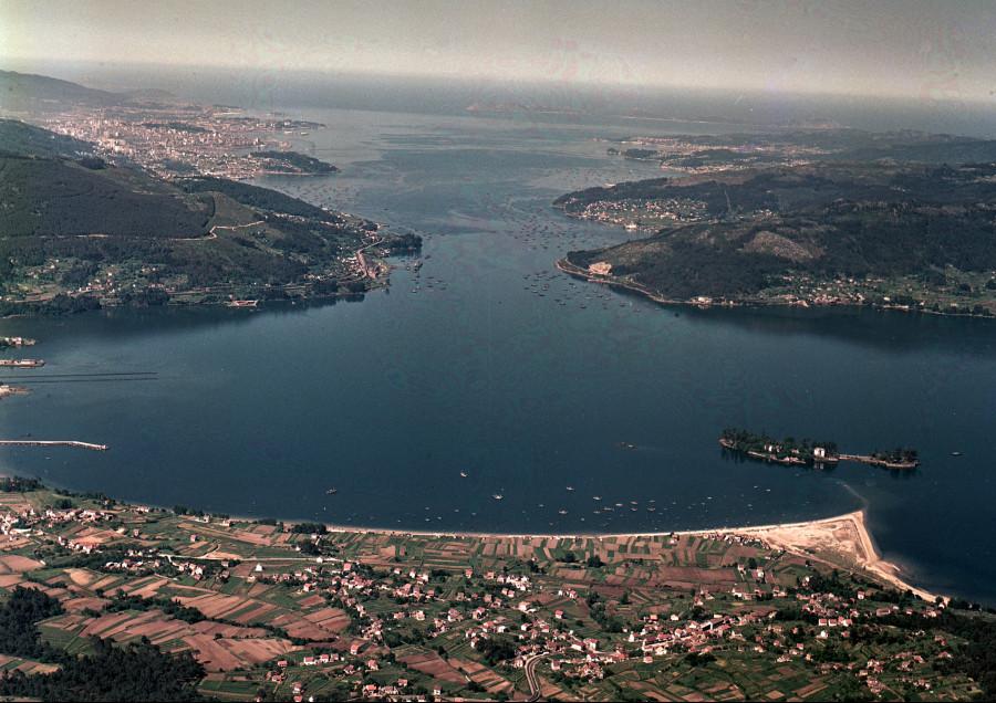 Vista da ría de Vigo, con Cesantes en primeiro termo.