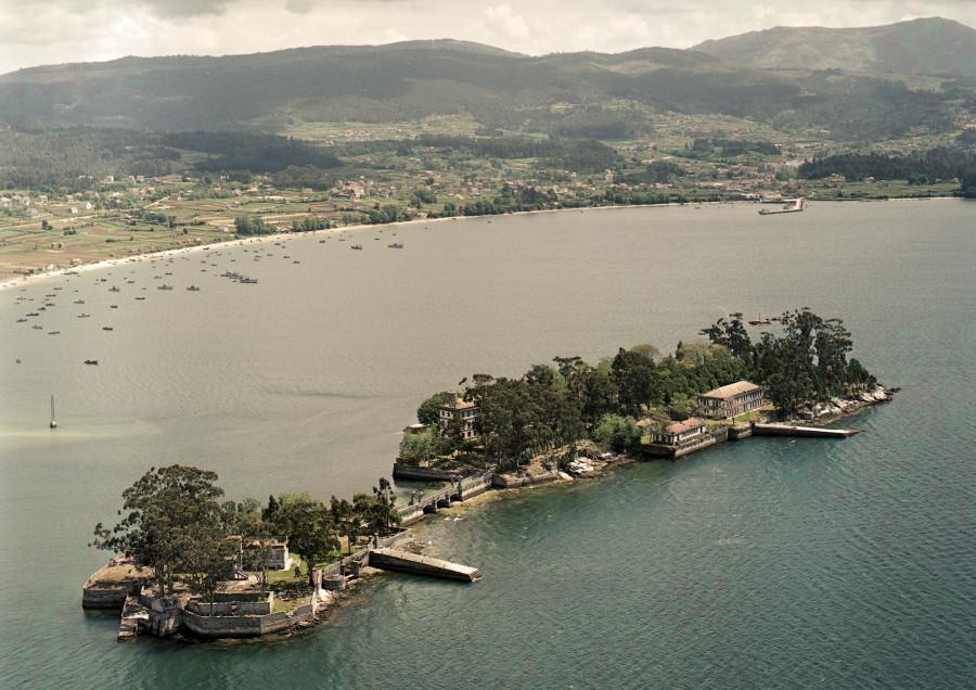 Vista aérea da Illa de San Simón na ría de Vigo coa praia e o peirao de Cesantes no concello de Redondela.