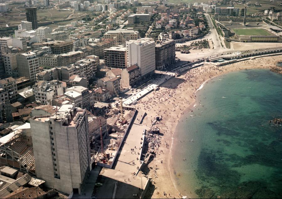Vista aérea da praia de Riazor co estadio ao fondo.