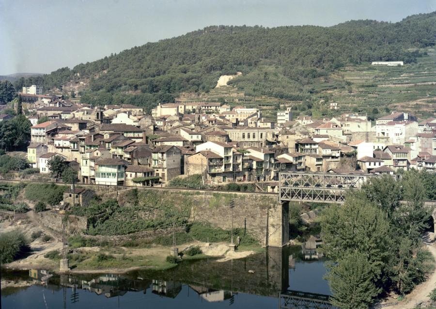 Vista do centro histórico de Ribadavia tomada desde o río Avia.