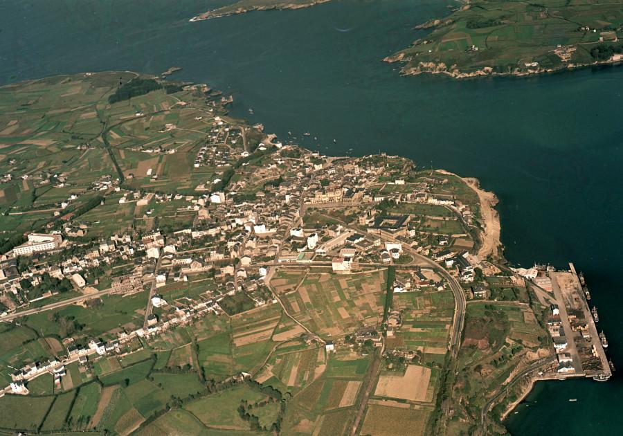 Vista aérea xeral do núcleo urbano de Ribadeo co porto en primeiro termo.