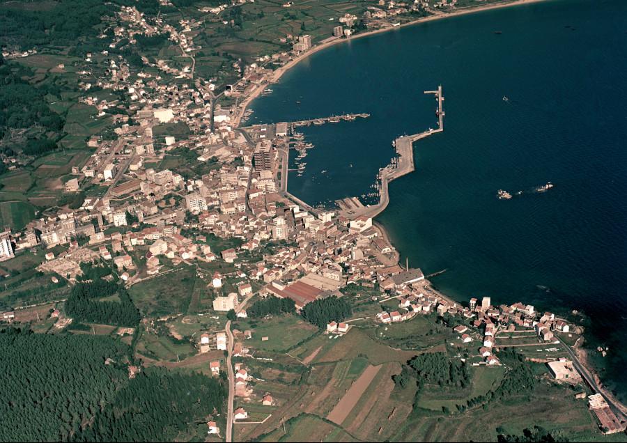 Vista aérea do porto e do núcleo urbano de Ribeira xunto cos campos da contorna.