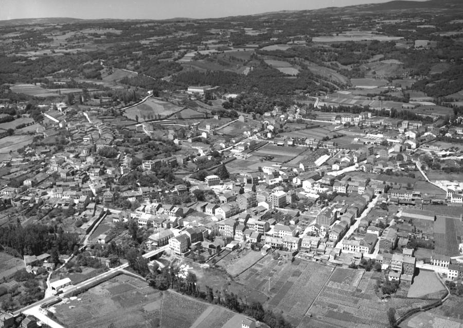 Vista aérea xeral do núcleo urbano de Sarria cos campos da contorna.