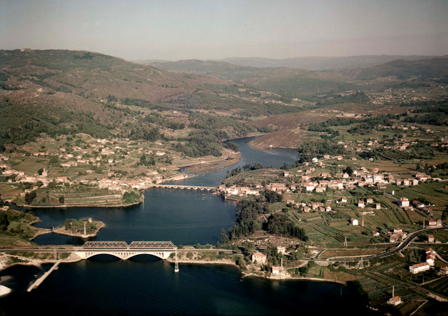 Vista aérea xeral da ponte do ferrocarril e da ponte románica de Pontesampaio sobre o río Verdugo na localidade de Arcade.