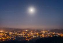 Imaxe tomada desde o Monte Pedroso onde a constelación Starlink cruza xunto á Lúa sobre Santiago. Foto cedida por @Aleixandrus.