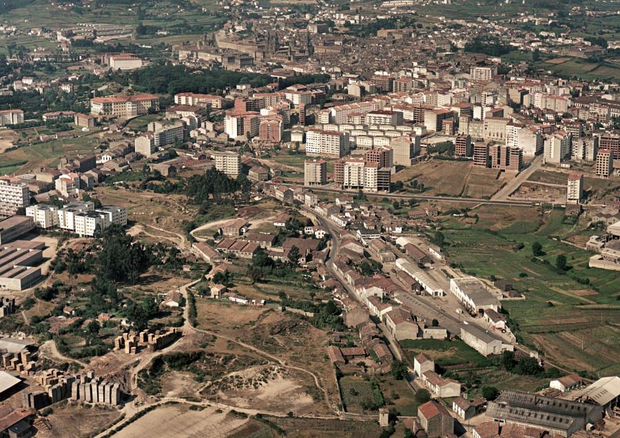 Vista aérea do ensanche compostelano co barrio de Conxo e a estación de Cornes en primeiro termo.
