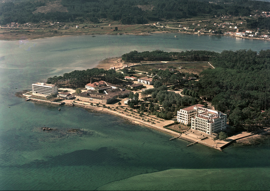 Vista aérea da costa da illa da Toxa onde destacan os edificios do actual Talaso Hotel, o Casino e o Gran Hotel.
