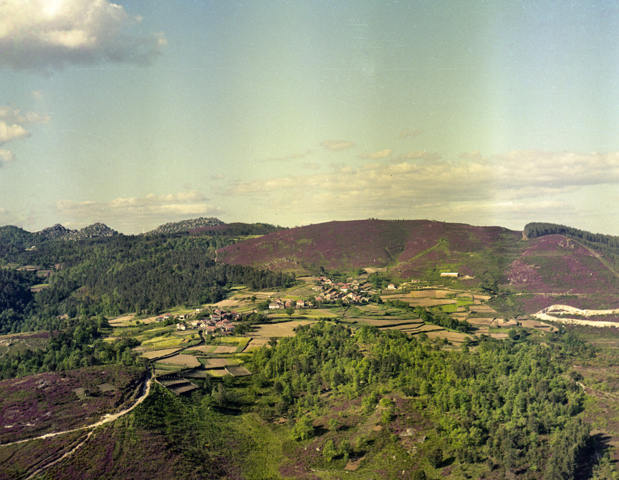 Lugar de San Tomé cos campos de cultivo e montes da contorna.