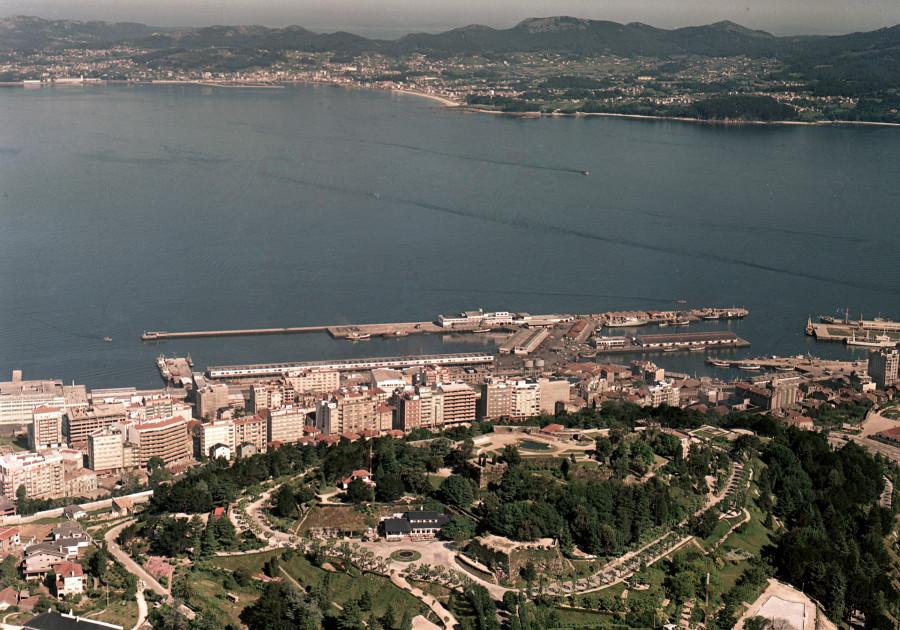 Vista aérea da ría e das instalación portuarias de Vigo tomada á altura do monte do Castro, coa vila de Cangas ao fondo.
