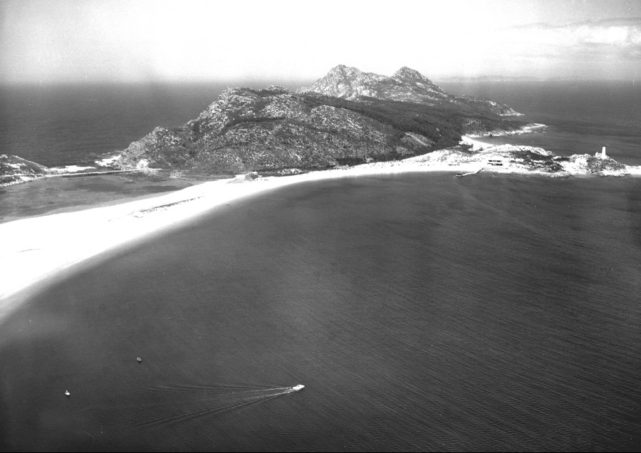 Vista aérea da parte norte do areal da praia de Rodas coa illa de Monteagudo.