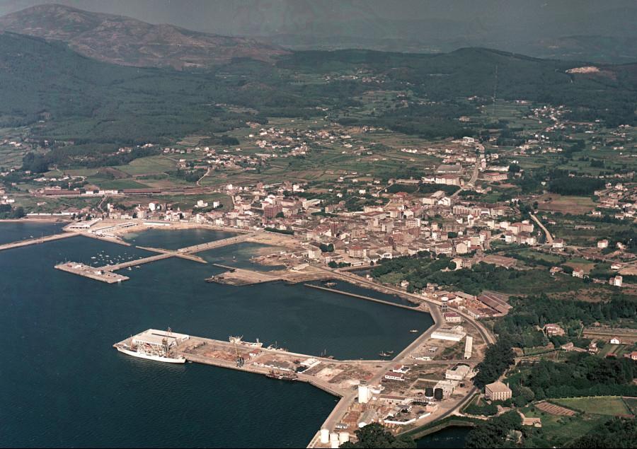 Vista xeral do casco urbano e o porto.