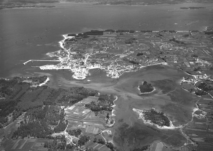 Vista aérea xeral do núcleo urbano e da costa do esteiro de Vilanova de Arousa.