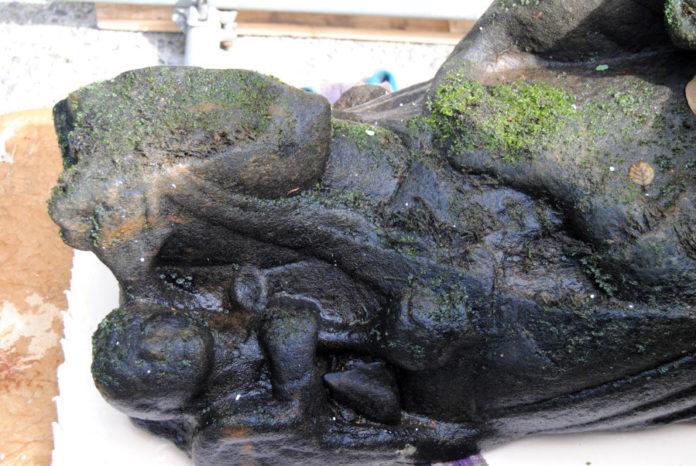 Detalle da talla rescatada este luns do río Sar. Foto: R. Pan.
