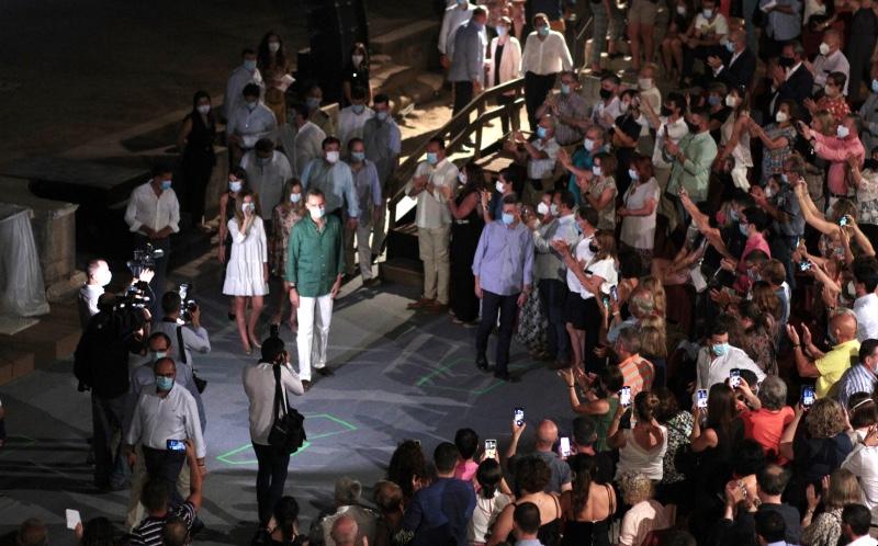 Os Reis de España, na súa visita ao Festival de Mérida, onde houbo queixas pola inexistencia da distancia de seguridade no público. Foto: Ayuntamiento de Mérida.