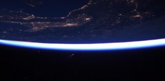 Imaxe do cometa Neowise capturada desde a Estación Espacial polo astronautra Bob Behnken.