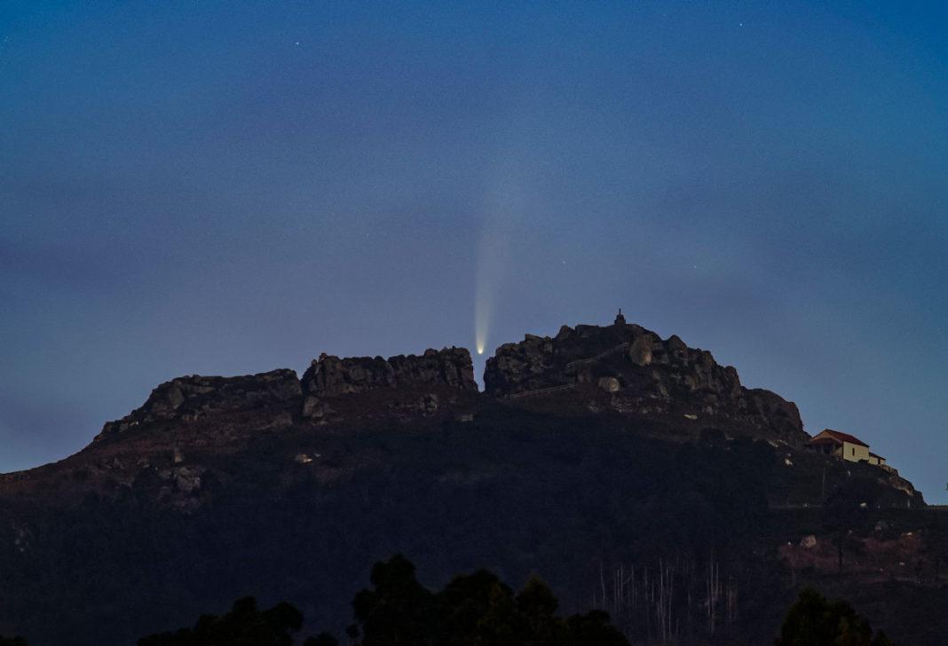 O cometa Neowise, encaixado na rúa da raíña Lupa, a célebre fenda no Pico Sacro, en Boqueixón. Foto: Fins Eirexas.