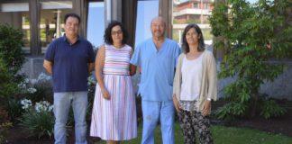 De esquerda a dereita, Fernando Muñoz, María Permuy, Antonio González Cantalapiedra e Mónica López Peña, nas inmediacións da Facultade de Veterinaria da USC. Foto: USC.