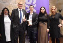 Entrega dos premios UViguala á delegación de alumnos de Telecomunicacións, que impulsaron os puntos lila nas festas universitarias. Foto: Duvi.