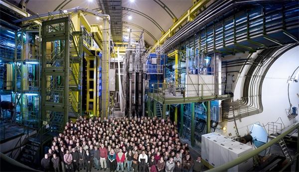 Foto de familia da colaboración LHCb do CERN.