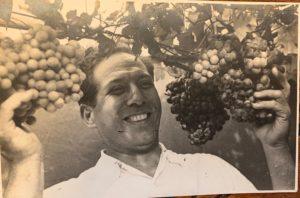 Manolo Asper exhibe as uvas que crecían no eirado do edificio.